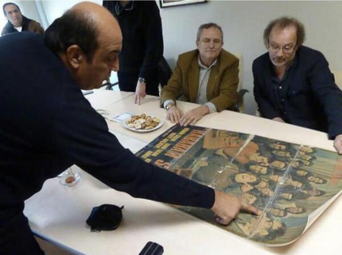 Erinnerungen aus längst vergangenen Tagen. Talip Güran mit Schauspielkollegen der Kult-Filme «Das chaotische Klassenzimmer«. Foto: Talip Güran privat