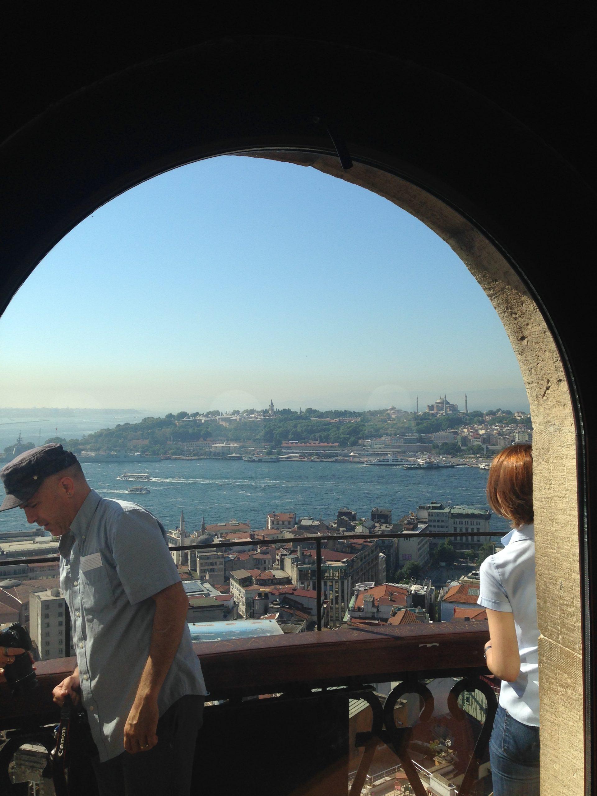 Die Aussicht auf die Stadt Istanbul ist atemberaubend. Allerdings solltest du schwindelfrei sein...