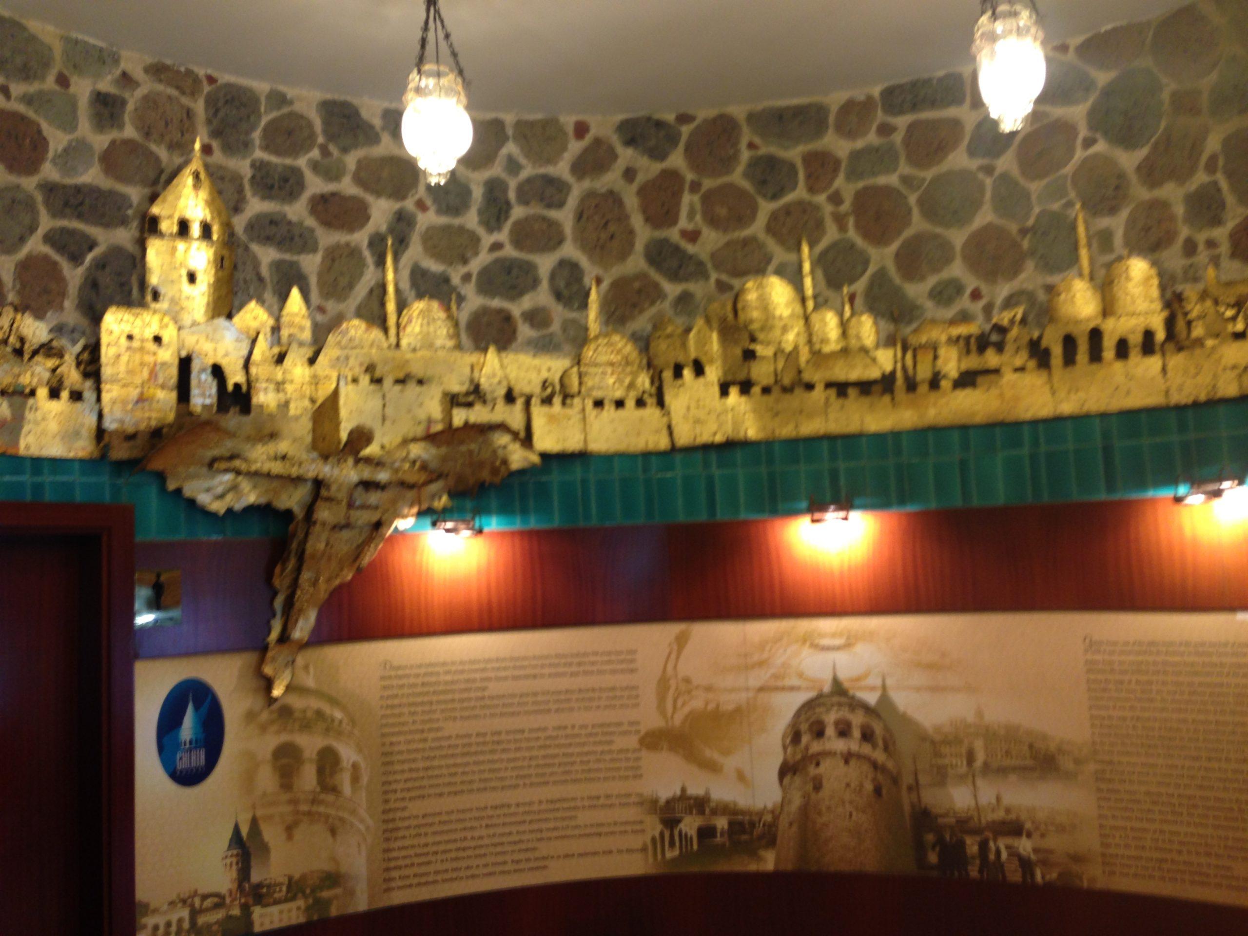 Im Innenbereich findest du viele Informationen zum Erbau des Galata Turms.