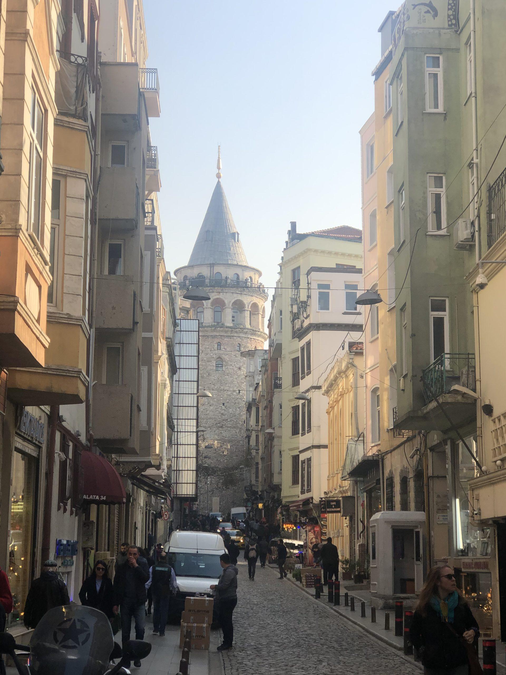 In der 9. Etage befindet sich ein Restaurant. Von hier aus kannst du einen 360 Grad Panorama-Blick auf die Stadt Istanbul geniessen.