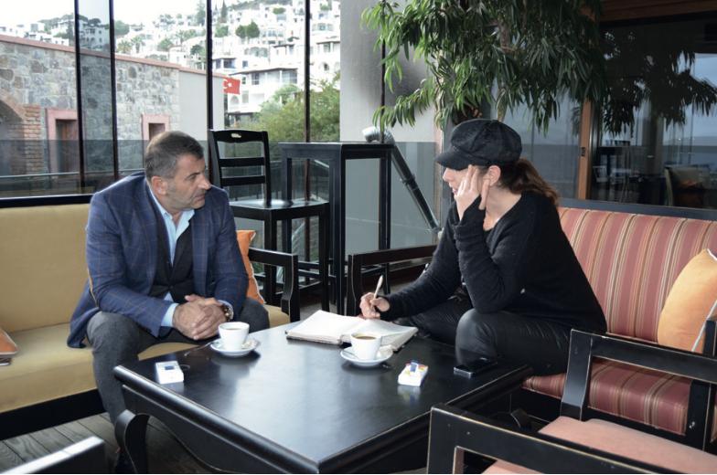 Jacqueline Jane Bartels im Interview mit dem Hotel-Besitzer Ibrahim Doğan.